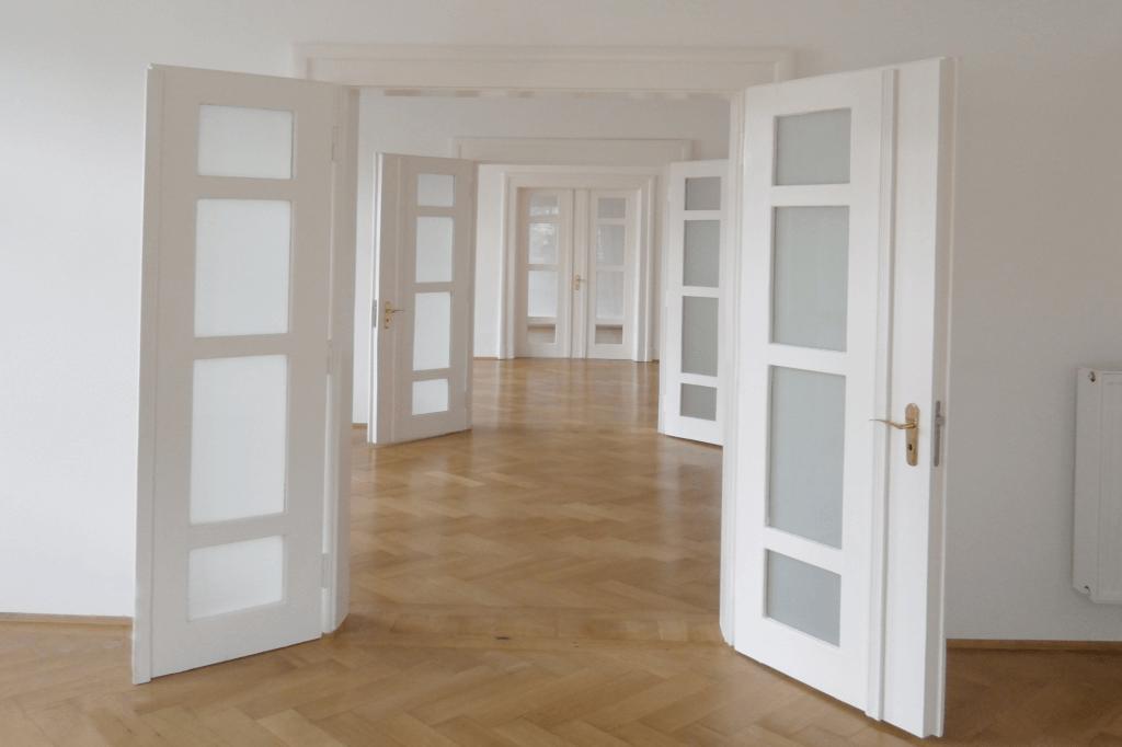 In einer hellen Wohnung wurde der Boden ausgetauscht.
