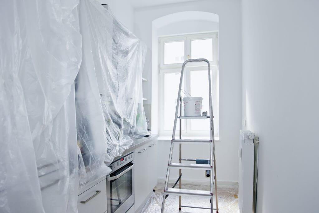 Eine Küche wird weiß gestrichen